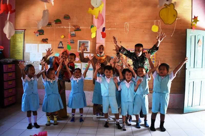 Cerianya Anak-anak Paud Jatimulya Bersama Satgas TMMD Tegal/fajarbadung.com