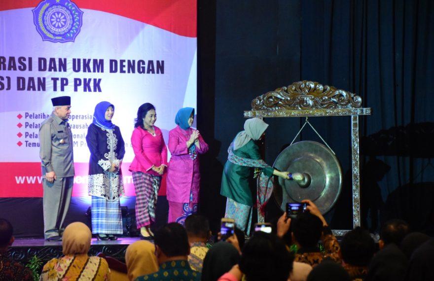 Ibu Hj. Mufidah Jusuf Kalla Resmi Membuka Sinergi Program KUMKM Dekranasda Kaltim/fajarbadung.com