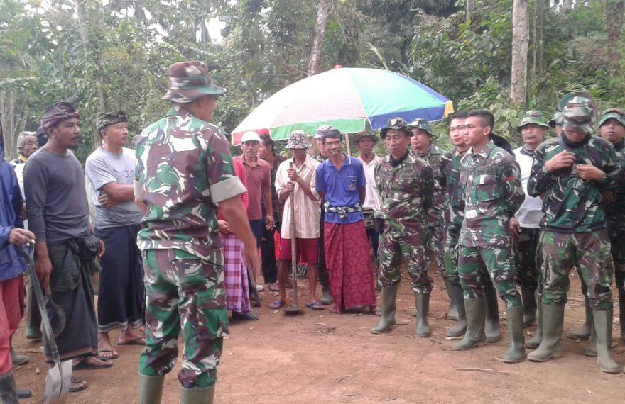Warga Desa Tetangga Bantu TMMD Ke 105 Kodim Klungkung/fajarbadung.com