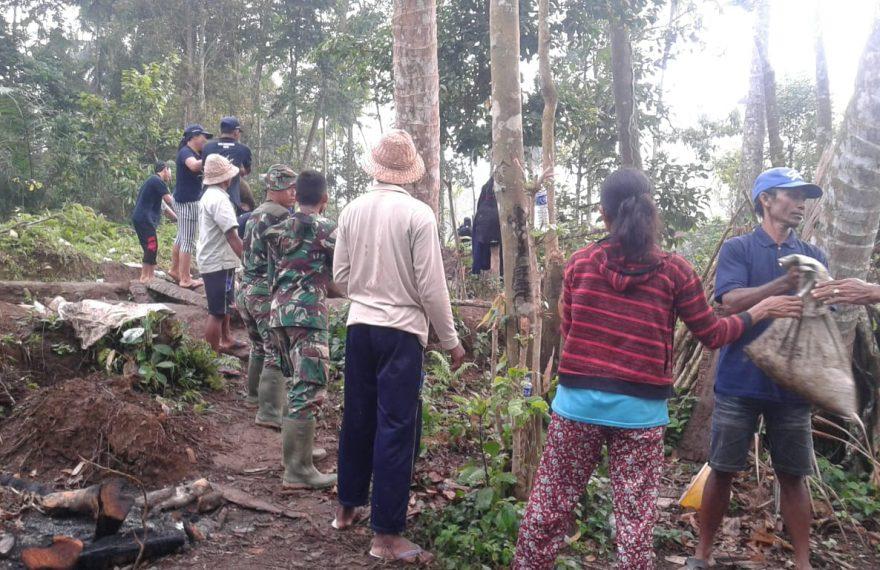 Warga Desa Getakan Bantu TMMD Ke 105 Kodim Klungkung Di Desa Nyanggelan/fajarbadung.com