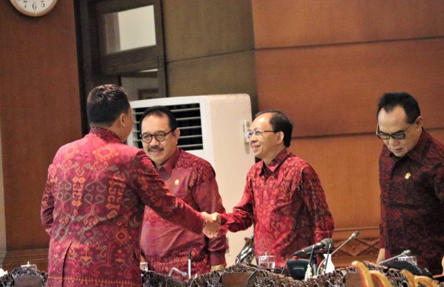 Koster Minta Pelantikan DPRD Bali Wajib Mengenakan Busana Adat Bali/fajarbadung.com