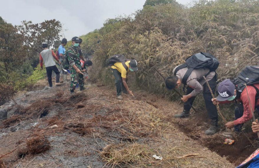 Aparat Bersama Masyarakat Mendaki Gunung Batukaru Padamkan Api/fajarbadung.com