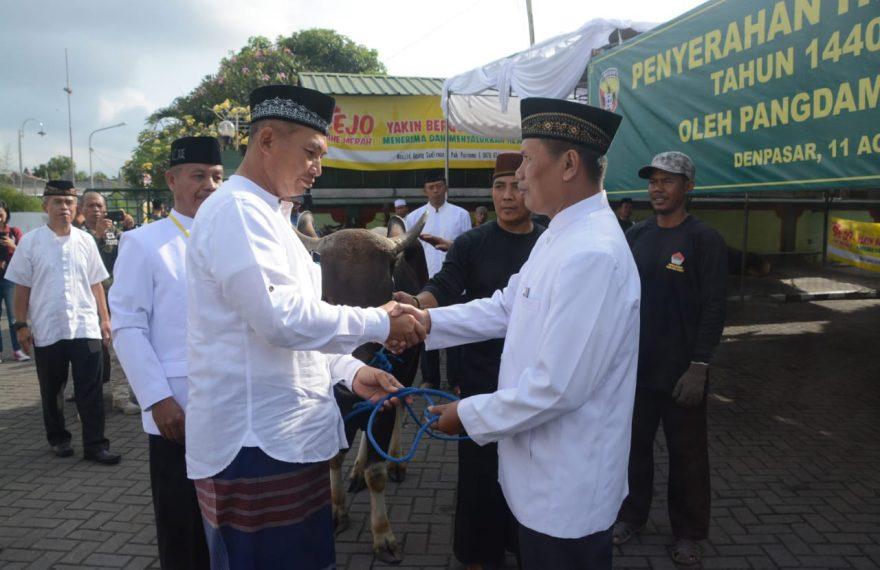 Idul Adha 1440 H, Pangdam IX/Udayana Bersama Jajaran, Serahkan Hewan Qurban/fajarbadung.com