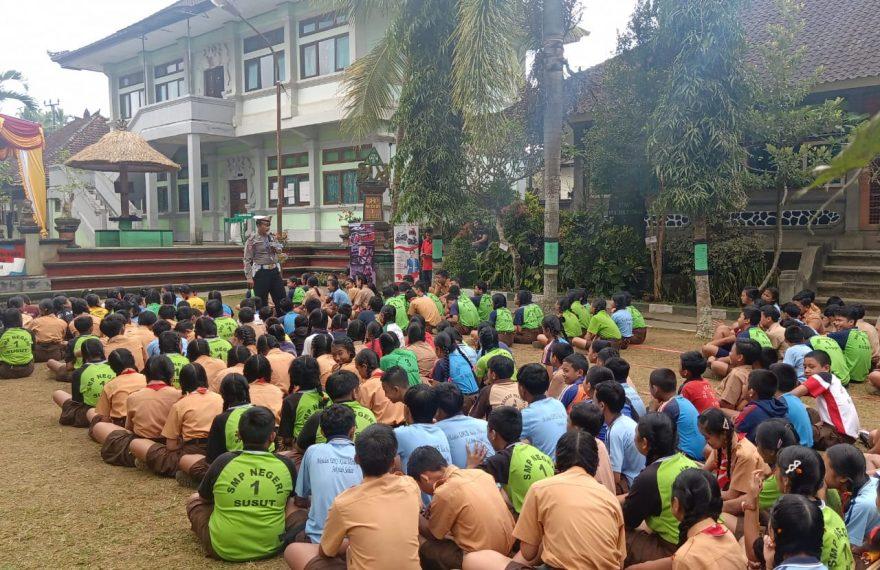 Edukasi Pelajar Tertib Berlalulintas, Sat Lantas Sambangi SMPN 1 Susut/fajarbadung.com