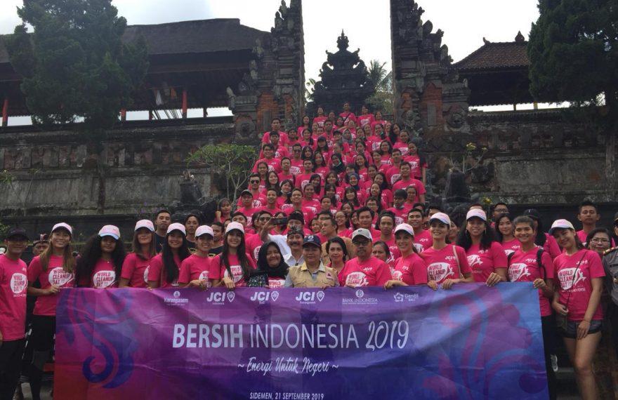 Peduli Lingkungan, 14 Finalis Putri Sejagat Ikut World Clean Up Day di Karangasem Bali/fajarbadung.com