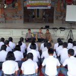 Kasatgas Binluh Meaksanakan Focus Group Discussion ( FGD ) Bersama Adik-Adik Pengurus OSIS Dan Saka Pramuka Bhayangkara SMA Negeri 1 Tegallalang/fajarbadung.com