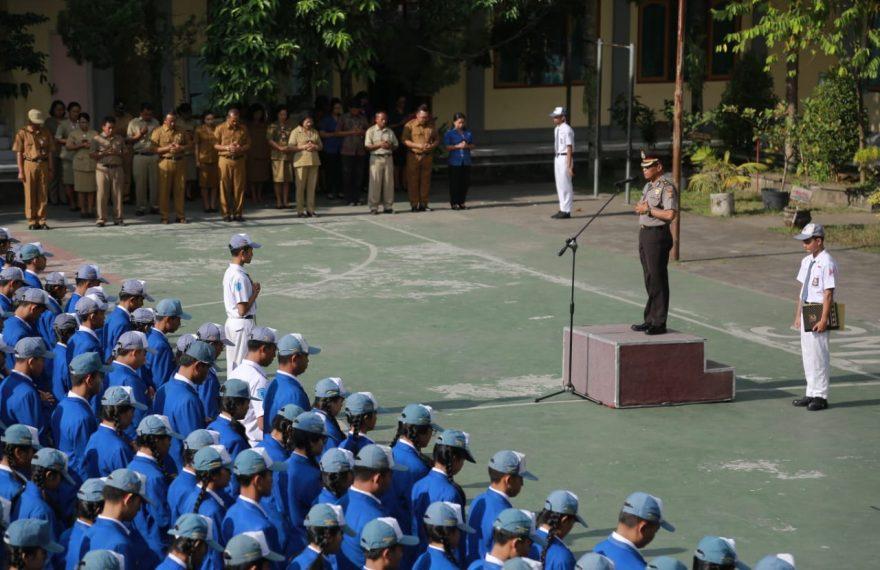 Cegah Kenakalan Remaja dan Informasi Hoax, Personel Polres Jadi Inspektur Upacara di SMA/SMK se-Bangli/fajarbadung.com