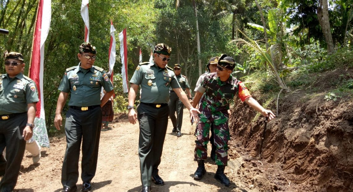 "Irjenad Kunjungi TMMD Ke 106 Kodim Tabanan, Sebut TNI dan Masyarakat ""Ngayah""/fajarbadung.com"