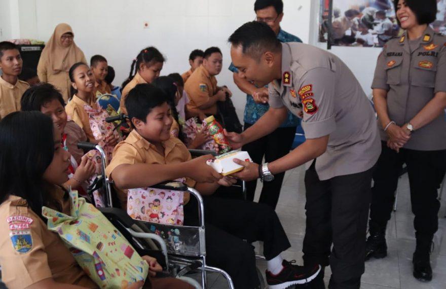 Peduli Kasih Polresta Denpasar Kunjungi Yayasan Pembinaan Anak Cacat Jimbaran/fajarbadung.com