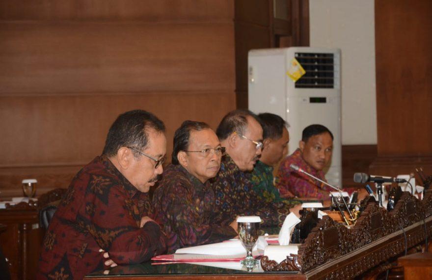 Koster Sampaikan Postur APBD di Hadapan Dewan/fajarbadung.com