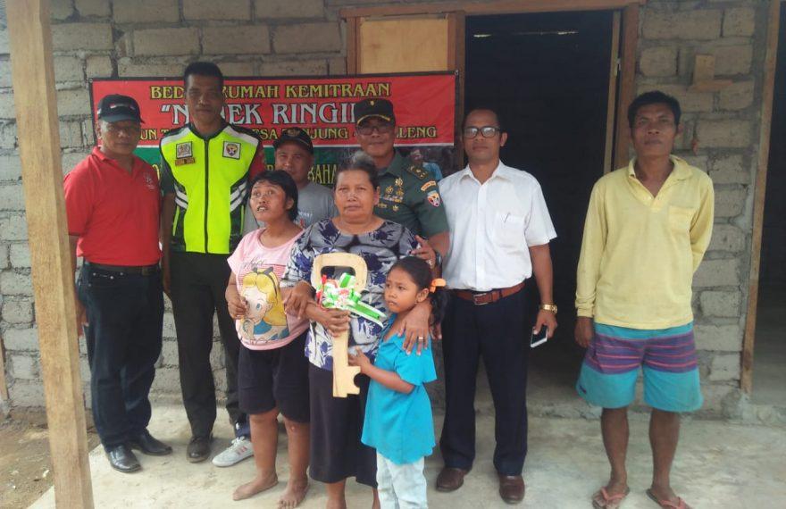 Kasdim Buleleng Serahkan Kunci Rumah Kepada Nenek Ringin/fajarbadung.com