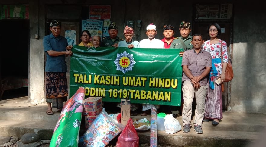 Umat Hindu Kodim 1619/Tabanan Serahkan Bantuan Tali Kasih Bagi Masyarakat Kurang Mampu/fajarbadung.com