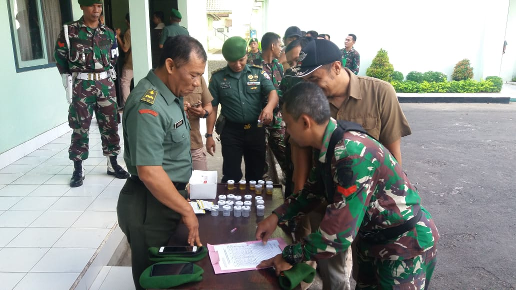 30 Personel Makorem 163/Wira Satya Laksanakan Tes Urine/fajarbadung.com