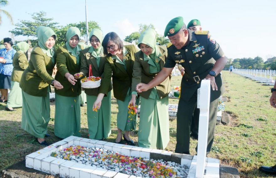 Ziarah Rombongan ke TMP Pancaka Tirta, Ungkapkan Rasa Bakti dan Hormat di Hari Juang TNI AD/fajarbadung.com