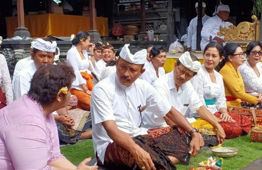 Doakan Masalah Virus Corona Cepat Reda, Jajaran Dinas Pariwisata Bali Sembahyang Bersama ke Pura Narmada/fajarbadung.com