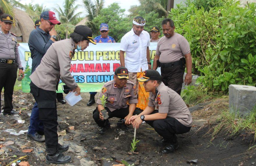 Kapolres Klungkung tanam pohon di pesisir pantai Lepang/fajarbadung.com