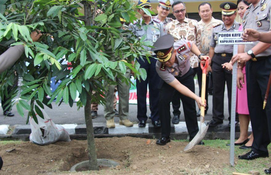 Peduli Penghijauan, Polres Klungkung Tanam Pohon/fajarbadung.com