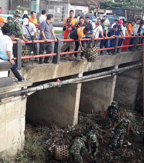 Cegah Banjir, BPBD Buleleng Libatkan TNI Kodim 1609 Bersihkan Sungai/fajarbadung.com
