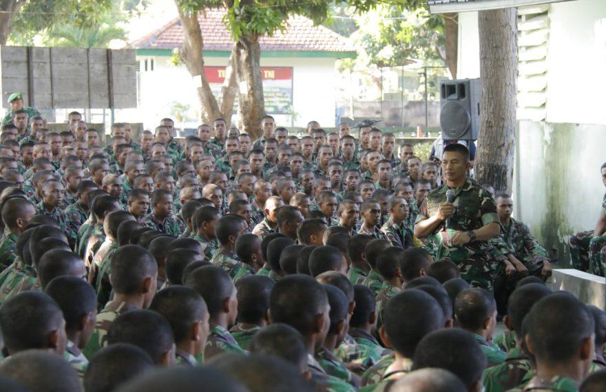 "Pengarahan Pangdam IX/Udayana kepada Organik dan Para Prajurit Siswa Gel II TNI AD Secata ""A"" Rindam IX/Udayana/fajarbadung.com"