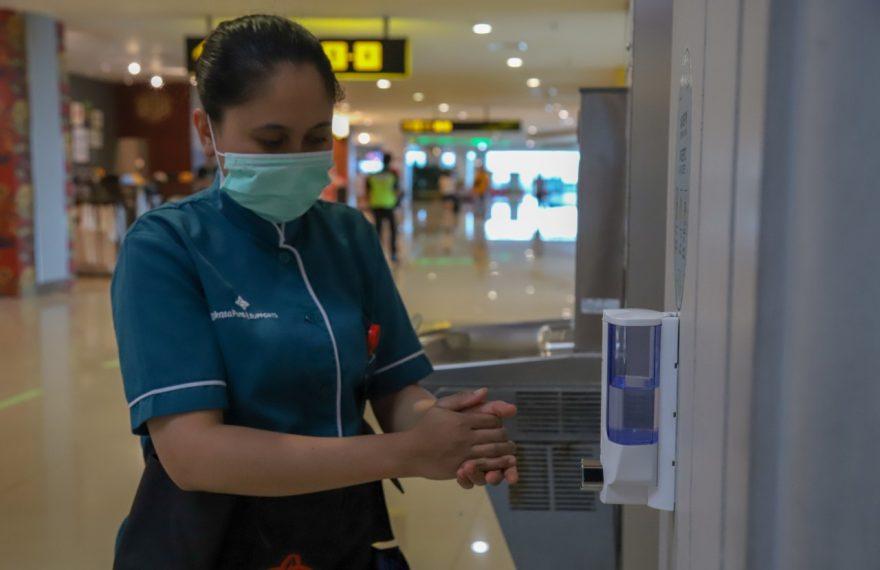 Antisipasi Penyebaran Virus Corona, Bandara I Gusti Ngurah Rai Pasang 48 Titik Hand Sanitizer untuk Penumpang/fajarbadung.com