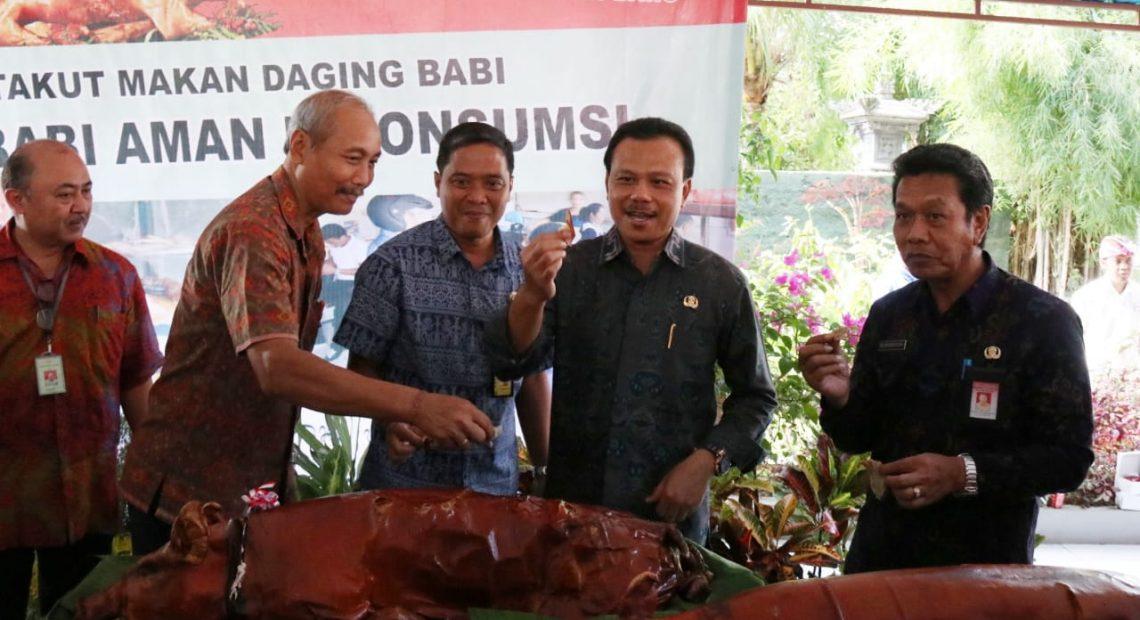 Yakinkan Konsumen, Ratusan ASN di Bali Rame-Rame Makan Daging Babi/fajarbadung.com