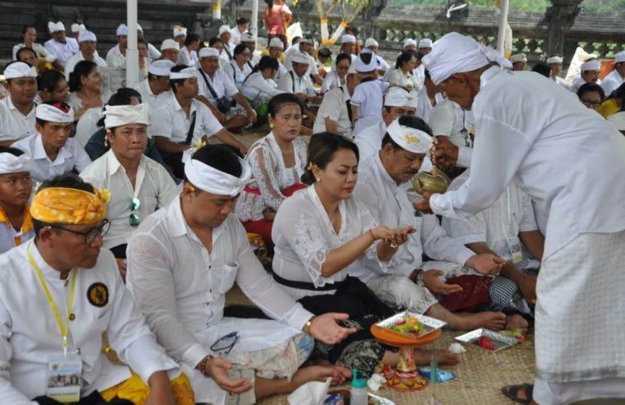 Bupati Eka laksanakan Bhakti Penganyar di Pura Punduk Dawa/fajarbadung.com