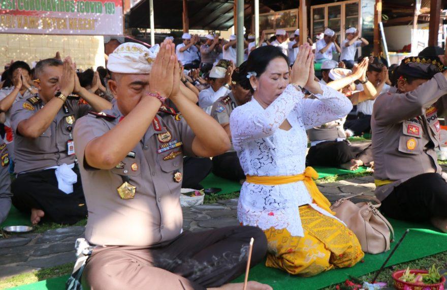 Ribuan Personil Polda Bali ikuti doa bersama antisipasi Pandemic Covid-19/fajarbadung.com