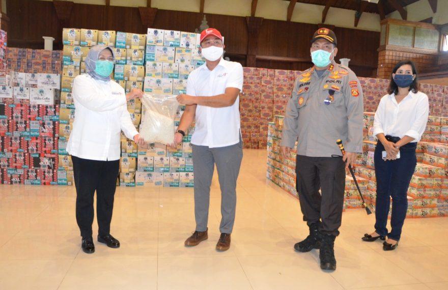 Kemenparekraf RI dan Polda Bali Serahkan 8000 Paket Sembako Kepada Pelaku Pariwisata Dampak Covid-19/fajarbadung.com