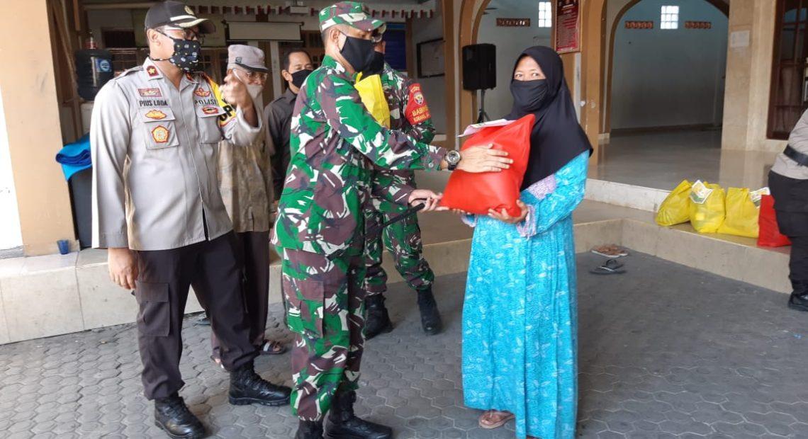 Peduli Warga Terdampak Virus Corona, TNI-Polri Bagikan Sembako/fajarbadung.com