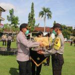 Kapolres Gianyar Menyerahkan Tali Kasih dari Kapolda Bali/fajarbadung.com