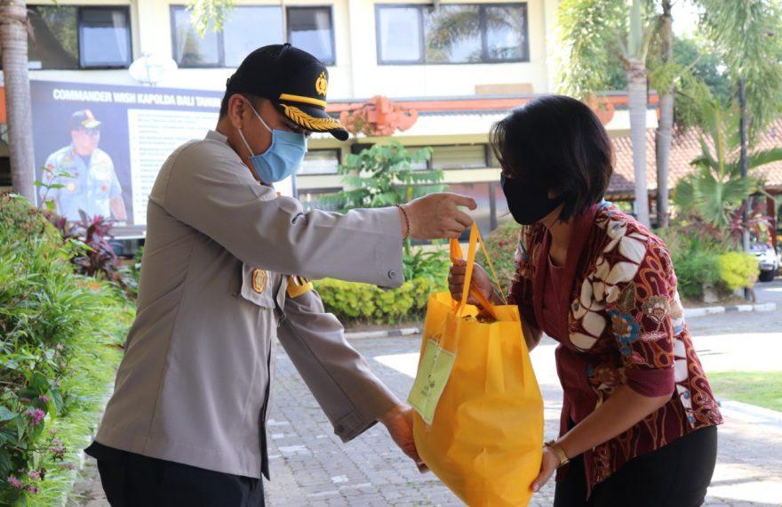 Kapolres Tabanan Serahkan Sembako Peduli Kasih Kapolda Bali Kepada PHL Polres Tabanan/fajarbadung.com