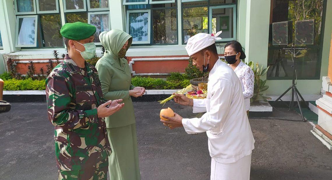 Tradisi Tepung Tawar Sambut Danrem 163/Wira Satya yang Baru/fajarbadung.com