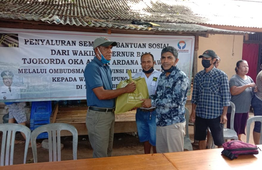 Perhimpunan Jurnalis (Pena) NTT Bali Salurkan Paket Sembako ke Warga Kampung Flores di Tanjung Benoa Bali/fajarbadung.com