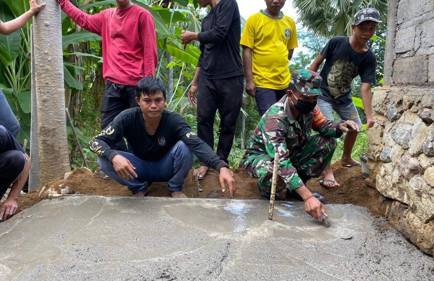 Babinsa Songan-A Bersama Relawan Bantu Warga Bangun Jamban/fajarbadung.com