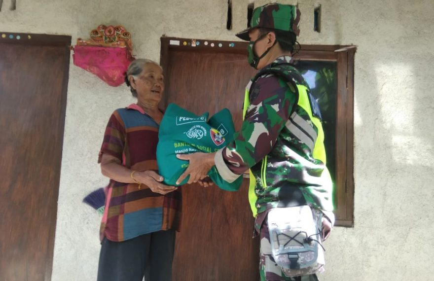 Babinsa Pulau Terluar Bagikan Sembako Bantuan Pangdam IX/Udayana Untuk Warga/fajarbadung.com