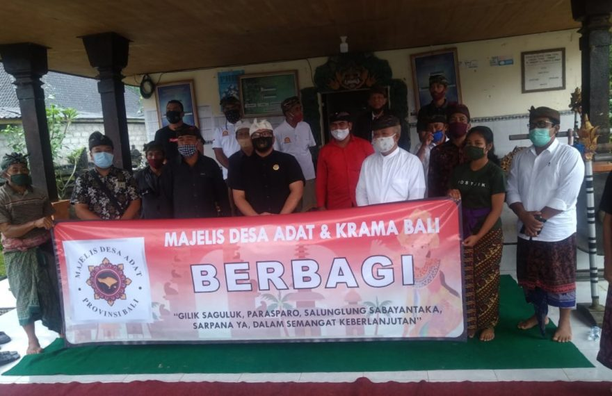 "Turun Tangan Meringankan Beban Desa Adat, Majelis Desa Adat Laksanakan Program ""MDA dan Krama Bali Berbagi""/fajarbadung.com"