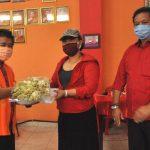 Bupati Eka Serahkan Bantuan di Vihara Dharma Cattra Tabanan/fajarbadung.com