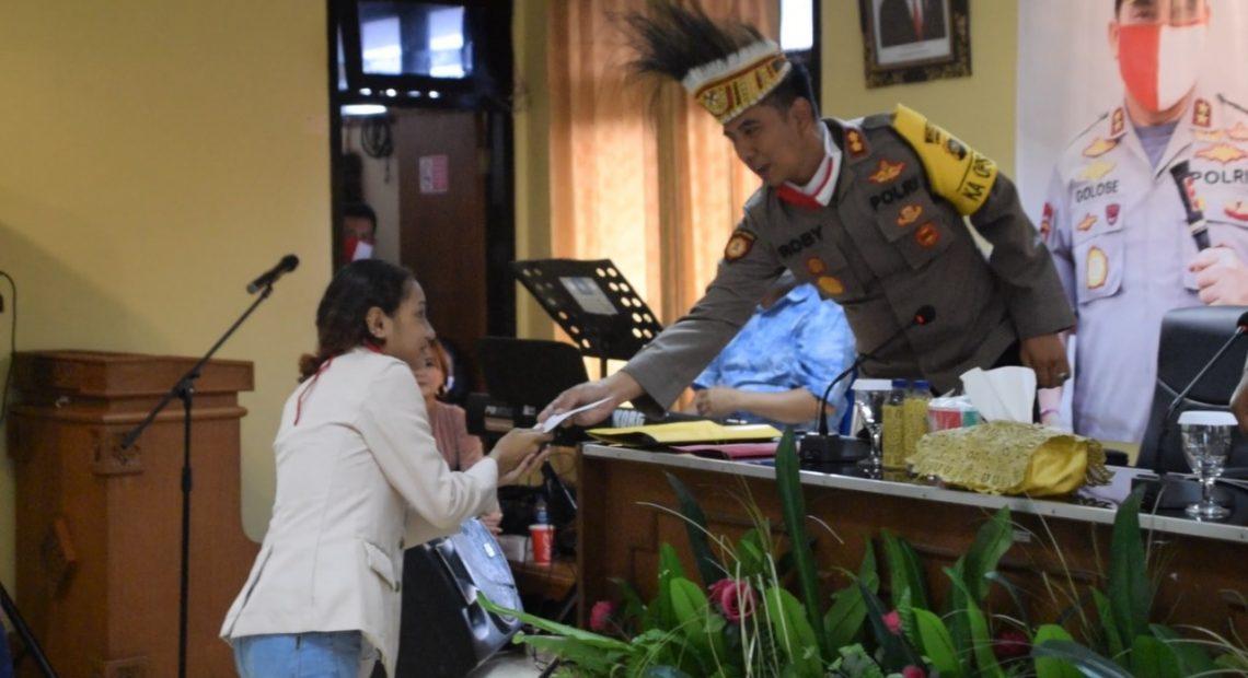 40 Mahasiswa Asal Papua Dapat Pembagian Sembako Dari AKBP Roby/fajarbadung.com