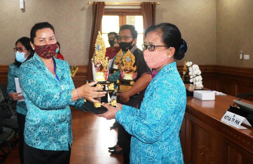 Serahkan Piala Kepada Pemenang Lomba PKK KKBPK Kesehatan Tingkat Provinsi Bali, Ny Seniasih Giri Prasta Motivasi Kader Wujudkan Keluarga Sehat, Maju dan Mandiri/fajarbadung.com