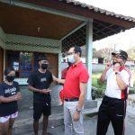 Wabup Suiasa Kunjungi Anak Kurang Mampu di Mengwitani, Bantu Rp. 10 juta Untuk Biaya Sekolah dan Berikan Sembako/fajarbadung.com