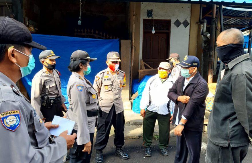 Wakapolres Bangli Dampingi Wadir Binmas Polda Bali Lakukan Penyemprotan Disinfektan di Pasar Kidul Bangli/fajarbadung.com